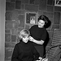 13 Décembre 1962. Vue de Sylvie Vartan qui pose dans le salon de coiffure.