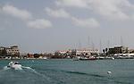 Foto: VidiPhoto..ORANJESTAD - De jachthaven van Oranjestad, de hoofdstad van Aruba. De stad is met ongeveer 35.000 inwoners de grootste plaats van het eiland en wordt in de volksmond ook Playa genoemd. Omdat Oranjestad de grootste stad van Aruba is, heeft het een belangrijke status voor haar inwoners. In Oranjestad zijn de grote supermarkten van het eiland gevestigd. Naast de grote winkels beschikt Oranjestad ook over een handvol winkelcentra, gericht op lokalen en toeristen (veelal cruisetoeristen). De belangrijkste en bekendste winkelstraat is Caya G. F. Betico Croes, vernoemd naar de in 1986 overleden politicus Betico Croes..
