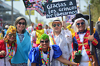 BARRANQUILLA - COLOMBIA, 02-03-2019: Un grupo de participantes disfrazados animan la fiesta durante el desfile Batalla de Flores del Carnaval de Barranquilla 2019, patrimonio inmaterial de la humanidad, que se lleva a cabo entre el 2 y el 5 de marzo de 2019 en la ciudad de Barranquilla. / A group of participants with a customs cheer the party during the Batalla de las Flores as part of the Barranquilla Carnival 2019, intangible heritage of mankind, that be held between March 2 to 5, 2019, at Barranquilla city. Photo: VizzorImage / Alfonso Cervantes / Cont.