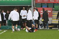 Thomas Müller (Deutschland Germany) fällt im Training hin - 04.10.2017: Deutschland Abschlusstraining, Windsor Park Belfast