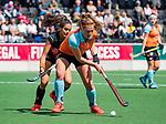 AMSTELVEEN  - Evaline Janssens (Gro) met Yasmin Geerlings (A'dam)   Hoofdklasse hockey dames ,competitie, dames, Amsterdam-Groningen (9-0) .     COPYRIGHT KOEN SUYK