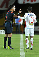 BOGOTA- COLOMBIA – 20-08-2015: Enrique Caceres (Izq.), arbitro de Paraguay, dialoga con Robinson Requene (Der.), jugador de Liga de Loja de Ecuador, durante partido de vuelta entre Independiente Santa Fe de Colombia y Liga de Loja de Ecuador, por la primera fase, de la Copa Suramericana en el estadio Nemesio Camacho El Campin, de la ciudad de Bogota. / Enrique Caceres (L), Paraguayan referee, speaks with Robinson Requene (R) player of Liga de Loja of Ecuador, during a match for the second round between Independiente Santa Fe of Colombia and Liga de Loja of Ecuador, for the first phase, of the Copa Suramericana in the Nemesio Camacho El Campin in Bogota city. Photo: VizzorImage / Luis Ramirez / Staff.