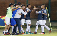 FLORIDABLANCA - COLOMBIA -19-02-2017: Jugadores del Envigado FC Celebran después de anotar un gol a Atlético Bucaramanga durante partido por la fecha 4 de la Liga Águila I 2017 jugado en el estadio Álvaro Gómez Hurtado de la ciudad de Floridablanca. / Players of Envigado FC celebrate after scoring a goal to Atletico Bucaramanga during match for the date 4 of the Aguila League I 2017played at Alvaro Gomez Hurtado stadium in Floridablanca city. Photo: VizzorImage / Duncan Bustamante / Cont<br />