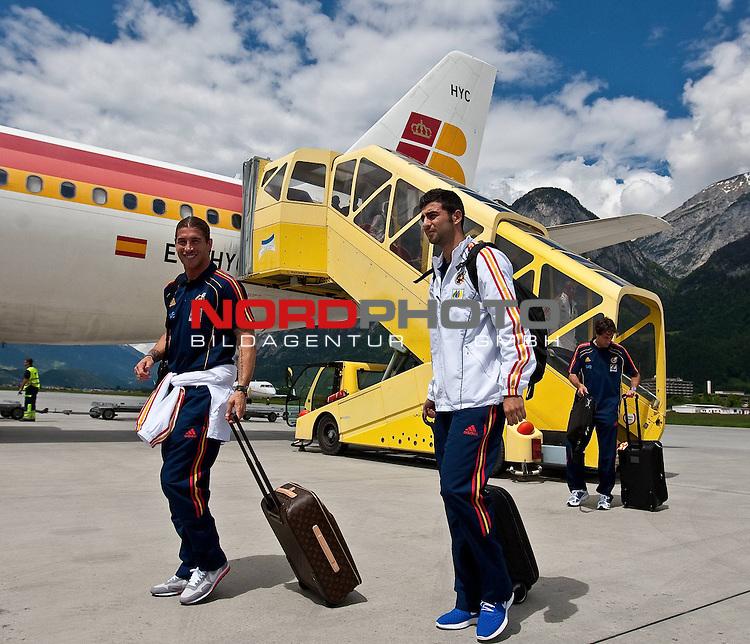 28.05.2010, Flughafen, Innsbruck, AUT, FIFA Worldcup Vorbereitung, Ankunft Spanien, im Bild Sergio Ramos and Ra&uacute;l Albiol,  Foto: nph /  J. Groder *** Local Caption *** Fotos sind ohne vorherigen schriftliche Zustimmung ausschliesslich f&uuml;r redaktionelle Publikationszwecke zu verwenden.<br /> <br /> Auf Anfrage in hoeherer Qualitaet/Aufloesung