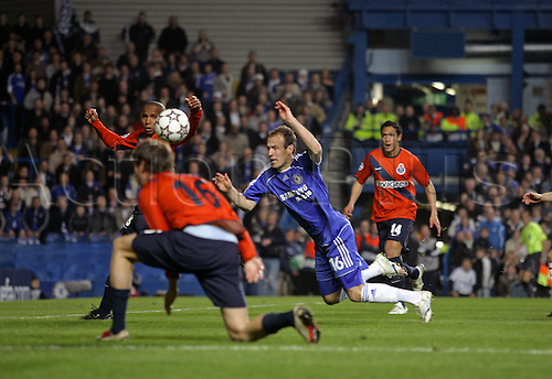 6 March 2007: Chelsea midfielder Arjen Robben dives during the UEFA Champions League last 16 second leg match between Chelsea and Porto played at the Stamford Bridge. Chelsea won the game 2-1, to win 3-2 over the two legs. Photo: Glyn Kirk/actionplus..070306 football soccer player diving