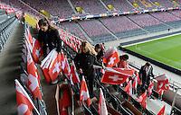 Fussball International  WM Qualifikation 2014   in Bern Schweiz - Slowenien         15.10.2013 Helfer verteilen Schweizer Fahnen im Stade de Suisse in Bern