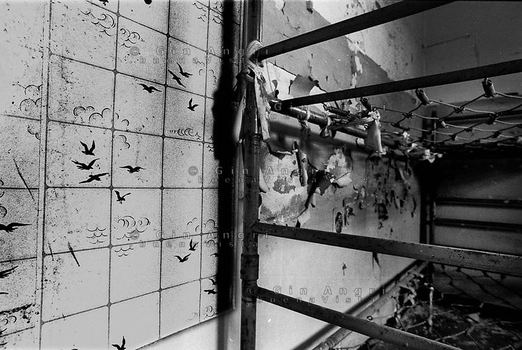 Una brandina in una cella dell'ex carcere San Donnino di Como. La libertà sul muro.