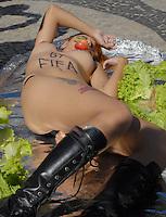 RIO DE JANEIRO, RJ, 06.07.2014 - ATO CONTRA FIFA - Ato do Movimento Bastardxs contra a exploração sexual na Praia de Copacabana, no Rio de Janeiro, RJ, neste domingo (6). Ativista Sara Winter, ex-Femen, integra movimento feminista Bastardxs.(Foto: Marcus Victorio - Brazil Photo Press)