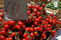 Price of Red mature tomatoes on market stall (Licence this image exclusively with Getty: http://www.gettyimages.com/detail/94433090 )