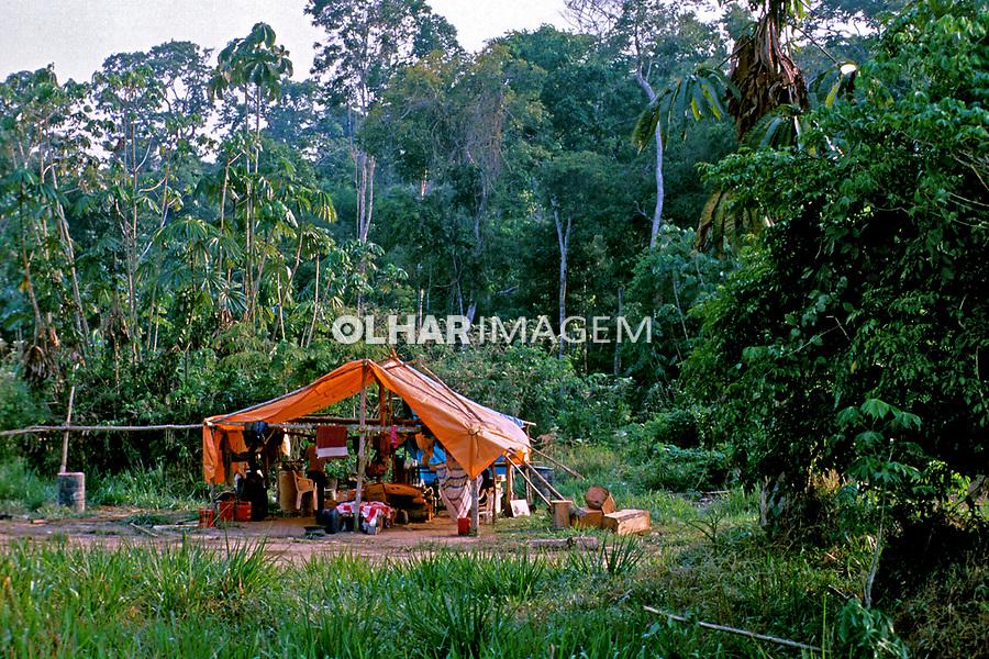 Acampamento de madeireiros na amazônia. Pará. 1996. Foto de Juca Martins.