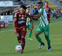 IBAGUÉ- COLOMBIA, 04-02-2018: Rafael Robayo (Izq) jugador del Deportes Tolima  disputa el balón con Christian Mafla (Der) del Atlético Nacional  durante el partido entre el Deportes Tolima  y Atlético Nacional   por la fecha 1 de la Liga Águila II 2018 jugado en el estadio Manuel Murillo Toro . / Rafael Robayo(L) player of Deportes Tolima vies for the ball withChristian Mafla (R) player of Atletico Nacional  during match between Deportes Tolima  and Atletico Nacional   for the date 1 of the Aguila League I 2018 played at Manuel Murillo Toro stadium. Photo: VizzorImage/ Juan Carlos Escobar / Contribuidor