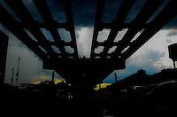 RIO DE JANEIRO, RJ, 12.11.2013 - ELEVADO DA PERIMETRAL / RJ - Movimentação no elevado da perimetral que começará a ser implodido dia 24 de novembro, na zona portuária da cidade do Rio de Janeiro, na   tarde desta terça (12) . (Foto: Marcelo Fonseca / Brazil Photo Press).