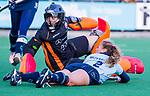 Laren - Mila Muyselaar (Lar)  stuit op Saskia van Duivenboden (OR) tijdens de Livera hoofdklasse  hockeywedstrijd dames, Laren-Oranje Rood (1-3).  COPYRIGHT KOEN SUYK