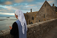 Europe/France/Normandie/Basse-Normandie/50/Manche: Baie du Mont Saint-Michel, class&eacute;e Patrimoine Mondial de l'UNESCO, Mont Saint-Michel:  Soeur Claire Anna&euml;l  de la communaut&eacute; des Fraternit&eacute;s Monastiques sur la terrasse de l'ababtiale <br />  [Non destin&eacute; &agrave; un usage publicitaire - Not intended for an advertising use]<br /> // Europe/France/Normandie/Basse-Normndie/50/Manche: Bay of Mont Saint Michel, listed as World Heritage by UNESCO,  The Mont Saint-Michel:  Soeur Claire Anna&euml;l,  Monastic Fraternities of Jerusalem [Non destin&eacute; &agrave; un usage publicitaire - Not intended for an advertising use]