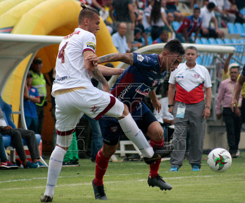 SANTA MARTA-COLOMBIA, 14-09-2019: Ricardo Márquez de Unión Magdalena y Juan Pablo Vargas de Deportes Tolima disputan el balón, durante partido entre Unión Magdalena y Deportes Tolima, de la fecha 11 por la Liga Águila II 2019, jugado en el estadio Sierra Nevada de la ciudad de Santa Marta. / Ricardo Marquez of Union Magdalena and Juan Pablo Vargas of Deportes Tolima battle for the ball, during a match between Union Magdalena and Deportes Tolima, of the 11th date for the Aguila Leguaje II 2019 played at the Sierra Nevada Stadium in Santa Marta city. Photo: VizzorImage / Gustavo Pacheco / Cont.