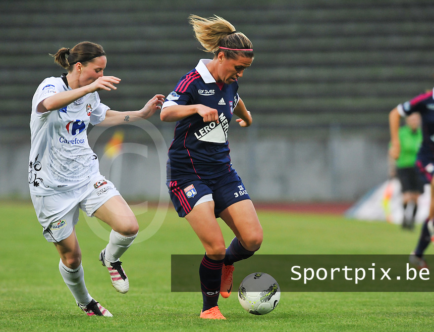 Football Club Feminin Juvisy Essonne - Olympique Lyon :.Camille Abily aan de bal voor Amelie Coquet.foto DAVID CATRY / JOKE VUYLSTEKE / Vrouwenteam.be