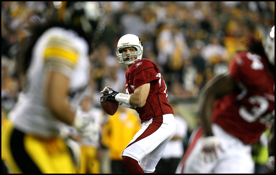 TAMPA, FL-.Arizona Cardinals quarterback Kurt Warner, at center, falls back for a pass during the second quarter of Super Bowl XLIII at Raymond James Stadium in Tampa on Sunday, February 1st, 2009..(Photo by Brian Blanco/Bradenton Herald)