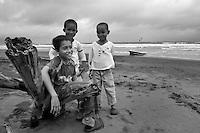 Niños conversando en el la playa mientras el momento para salir a pescar. Jaque, Panama