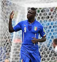 FUSSBALL WM 2014  VORRUNDE    Gruppe D     England - Italien                         14.06.2014 Torschuetze Mario Balotelli Italien) bejubelt seine Tor zum 1:2