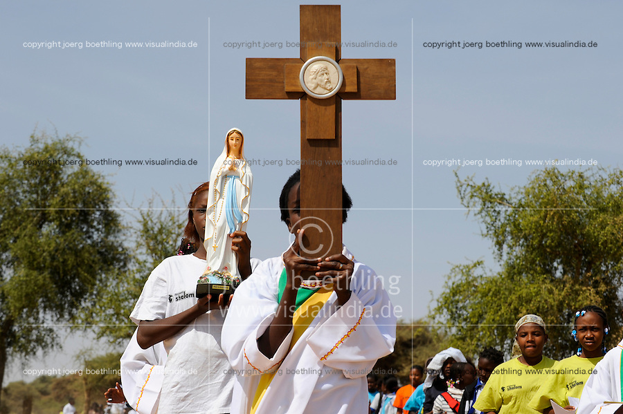 BURKINA FASO Dori, catholic school, children march with the cross / BURKINA FASO Dori, katholische Schule, Kreuzweg