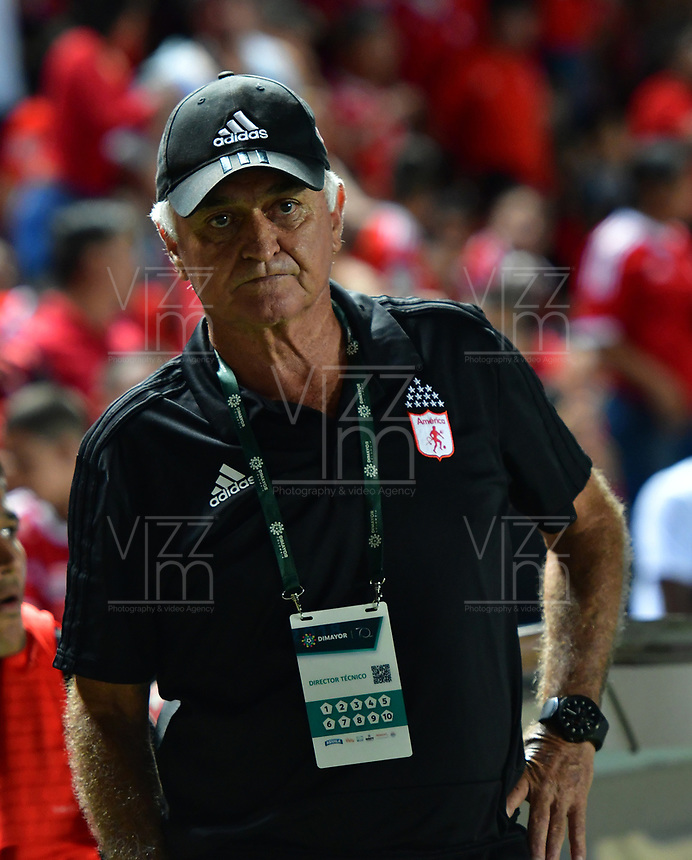 CALI - COLOMBIA, 14-10-2018: Fernando Castro técnico de América Cali gesticula durante partido con Deporitvo Independiente Medellin por la fecha 14 de la Liga Águila II 2018 jugado en el estadio Pascual Guerrero de la ciudad de Cali. / Fernando Castro coach of America de Cali gestures during match against Deporitvo Independiente Medellin for the date 14 of the Aguila League II 2018 played at Pascual Guerrero stadium in Cali. Photo: VizzorImage / Nelson Rios / Cont