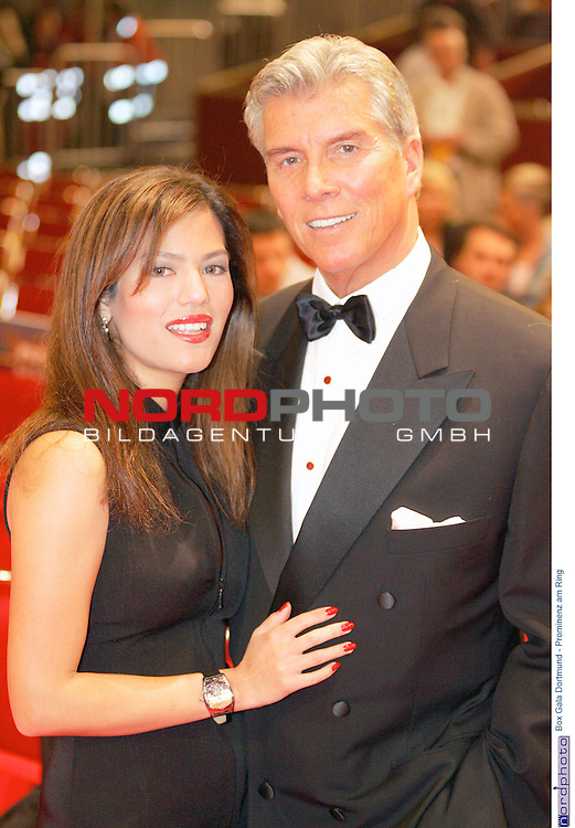 Box Gala Dortmund - Prominenz am Ring<br /> <br /> Ringsprecher Michael Buffer mit Frau.<br /> <br /> Foto &copy; nordphoto - Ruediger Lampe<br /> <br />  *** Local Caption *** Foto ist honorarpflichtig! zzgl. gesetzl. MwSt.<br /> Belegexemplar erforderlich<br /> Adresse: nordphoto<br /> Georg-Reinke-Strasse 1<br /> 49377 Vechta