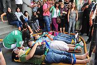 BAS23. BUENOS AIRES (ARGENTINA), 22/02/2012.- Heridos reciben atención hoy, miércoles 22 de febrero de 2012, tras el accidente de un tren en Buenos Aires (Argentina), que dejó un saldo de 49 muertos, entre ellos un menor, confirmó el vocero de la Policía Federal argentina, Fernando Sostre. En la tragedia, ocurrida en la estación ferroviaria de Once, más de 600 personas resultaron heridas, dijo Alberto Crescenti, del Sistema de Atención Médica de Emergencia (SAME). EFE/Martín Quintana.