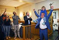 Büttelborn 28.10.2018: Siegesfeier zur Bürgermeisterwahl im Volkshaus<br /> Mit seinem Sohn Nick auf den Schultern kommt der siegreiche Bewerber um das Amt des Bürgermeisters von Büttelborn Marcus Merkel (SPD) zur Feier ind Volkshaus<br /> Foto: Vollformat/Marc Schüler, Schäfergasse 5, 65428 R'heim, Fon 0151/11654988, Bankverbindung KSKGG BLZ. 50852553 , KTO. 16003352. Alle Honorare zzgl. 7% MwSt.