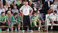 Handball - Relegationsspiel zum Aufstieg in die 2. Bundesliga - SC DHfK Leipzig spielt zu Hause in der Ernst-Grube-Halle gegen Dessau-Rosslauer HV..Im Bild: Blick auf die DHfK Bank mit DHfK Trainer Uwe Jungandreas .Foto: Christian Nitsche.Jegliche kommerzielle Nutzung ist honorar- und mehrwertsteuerpflichtig! Persönlichkeitsrechte sind zu wahren. Es wird keine Haftung übernommen bei Verletzung von Rechten Dritter. Autoren-Nennung gem. §13 UrhGes. wird verlangt. Weitergabe an Dritte nur nach vorheriger Absprache.