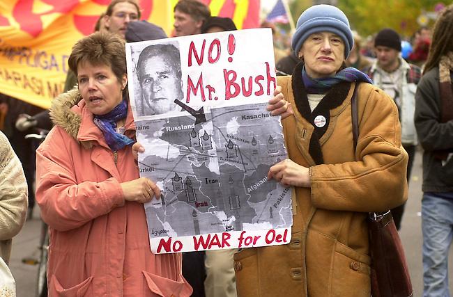 Demonstration gegen den Krieg<br /> Mehrere zehntausend Menschen demonstrierten am Sonnabend den 26. Oktober 2002 in Berlin unter dem Motto &quot;Verhindert den Krieg bevor er beginnt&quot; gegen einen moeglichen Krieg gegen den Irak. Friedensinitiativen in den USA hatten fuer den 26. Oktober zu einem weltweiten Protesttag (Global Action Day) aufgerufen. Die Demonstration in Berlin wurde organisiert von dem Buendnis &quot;Achse des Friedens&quot;.<br /> Berlin, 26.10.2002<br /> Copyright: Christian-Ditsch.de<br /> [Inhaltsveraendernde Manipulation des Fotos nur nach ausdruecklicher Genehmigung des Fotografen. Vereinbarungen ueber Abtretung von Persoenlichkeitsrechten/Model Release der abgebildeten Person/Personen liegen nicht vor. NO MODEL RELEASE! Nur fuer Redaktionelle Zwecke. Don't publish without copyright Christian-Ditsch.de, Veroeffentlichung nur mit Fotografennennung, sowie gegen Honorar, MwSt. und Beleg. Konto: I N G - D i B a, IBAN DE58500105175400192269, BIC INGDDEFFXXX, Kontakt: post@christian-ditsch.de<br /> Bei der Bearbeitung der Dateiinformationen darf die Urheberkennzeichnung in den EXIF- und  IPTC-Daten nicht entfernt werden, diese sind in digitalen Medien nach &sect;95c UrhG rechtlich geschuetzt. Der Urhebervermerk wird gemaess &sect;13 UrhG verlangt.]
