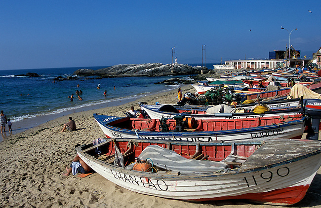 Region de Valparaiso. Ville de Horcon. *** Boats on Horcon beach near Valaparaiso, Chile.