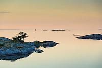 Båtar i skymning i ytterskärgården vid spegelblankt Kallskär i Stockholms skärgård/ Stockholm archipelago Sweden