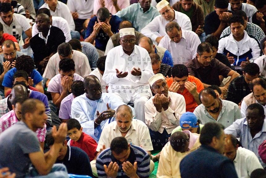 - Milano, Palasharp, la comunità islamica si riunisce per la preghiera del primo venerdì di Ramadan....- Milan, the prayer of the first friday of Ramadan.