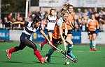 HUIZEN  -   Fieke Hoff (Gro) met Mirte Jansen (HUI)  , hoofdklasse competitiewedstrijd hockey dames, Huizen-Groningen (1-1)   COPYRIGHT  KOEN SUYK