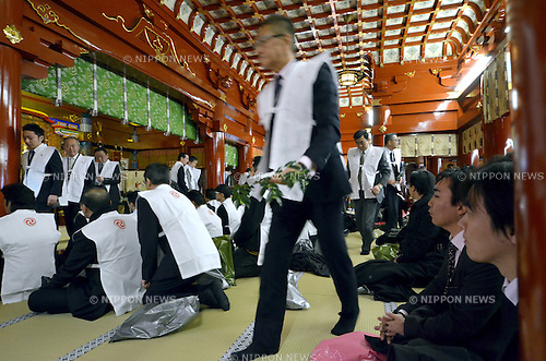 January 4, 2013, Toko, Japan - A huge throng of Japanese business persons offer prayers for thriving business at Tokyo's Kanda Myojin, a Shinto shrine thought to enshrine the god of prosperous business, on Friday, January 4, 2013, the first business day of the year. (Photo by Natsuki Sakai/AFLO)