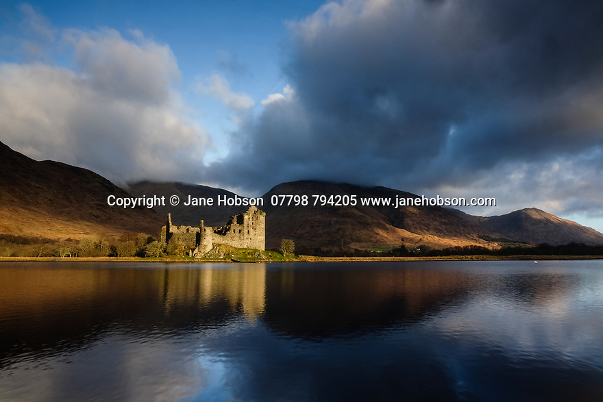 Loch Awe, UK. 08.01.2019. Winter morning sunlight hits the ruins of Kilchurn Castle on Loch Awe, Argyll & Bute, Scotland, UK. Photograph © Jane Hobson.