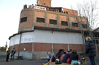 Roma 6 Aprile 2009<br /> Metropoliz.<br /> .Occupazione ex fabbrica Fiorucci.Gli occupanti in attesa dello sgombero annunciato e poi ritirato..The occupants  pending eviction announced and then withdrawn
