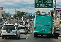 QUERETARO, QRO.- Los queretanos cada vez viajan en un servicio m&aacute;s deficiente de transporte publico. Los concesionarios de camiones de las 9 l&iacute;neas mantienen circulando camiones con chofers sin experiencia, mal trato al pasajero, bajos salarios, exigencias de cuotas altas y sin capacitaci&oacute;n. <br /> <br /> Las unidades indistintamente se encuentran con fallas mec&aacute;nicas y en mal estado en el interior. Sin asientos confortables y apenas unas tablas, sin salidas de emergencia habilitadas, pisos desgastados, asientos sin recubrimiento, fierros expuestos y oxidados, alto volumen de la m&uacute;sica, sin respetar el l&iacute;mite de velocidad, creando caos vial y causantes de por lo menos 3 accidentes mensualmente tan solo en el &aacute;rea metropolitana; de esta forma el transporte p&uacute;blico de la ciudad de Quer&eacute;taro es de los m&aacute;s caros del pa&iacute;s y los concesionarios se niegan a cambiar las unidades por no invertir en el p&uacute;blico. <br /> <br /> Esta ma&ntilde;ana el secretario de gobierno Jorge L&oacute;pez Portillo Tostado anunci&oacute; que se dar&aacute;n de baja 400 unidades en mal estado, a prop&oacute;sito del refrendo las concesiones del transport urbano.<br /> <br /> En el mes de mayo entr&oacute; en vigencia la Ley de Movilidad para el Transporte del Estado de Quer&eacute;taro, en ella se contempla la implementaci&oacute;n de sistemas de rutas integradas; la integraci&oacute;n del Consejo de Concertaci&oacute;n Ciudadana de Transporte y Movilidad; la implementaci&oacute;n de un sistema de prepago de la tarifa, con descuento para estudiantes, personas de tercera edad y con discapacidad; el fortalecimiento de la supervisi&oacute;n del servicio de transporte p&uacute;blico, mediante la implementaci&oacute;n de un sistema de gesti&oacute;n de flota y monitoreo sistematizado y, la capacitaci&oacute;n obligatoria a los operadores de transporte. de esata forma esta Ley genera certidumbre jur&iacute;dica y seguri