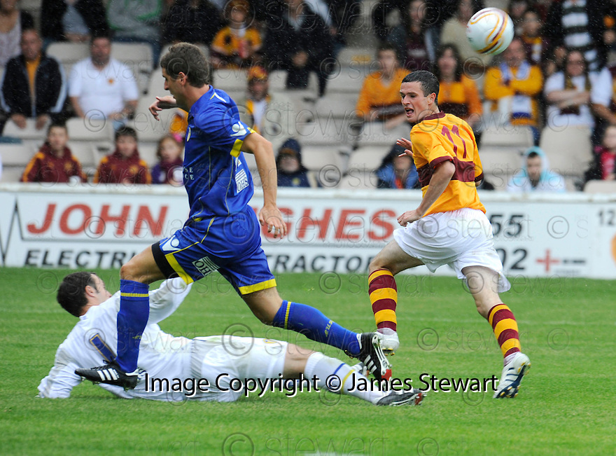 :: PAUL RACHUBKA SAVES AT THE FEET OF MOTHERWELL'S JAMIE MURPHY  ::