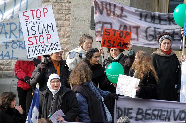Demonstration gegen Gewalt an Frauen<br /> Samstag den 5. Maerz 2005 demonstrierten ca. 2000 Menschen unter dem Motto: &quot;NEIN zu Gewalt an Frauen&quot; durch die Stadtteile Neukoelln und Kreuzberg. Anlass fuer die Demonstration war der Internmationale Frauentag am 8. Maerz und die als Ehrenmord bezeichnete Ermordung einer jungen Frau aus der Tuerkei am 7. Februar 2005.<br /> Aufgerufen zu dieser Demonstration hatten die internationale Frauenorganisation &quot;terres des femmes&quot; und zahlreichen anderen politischen Frauenorganisationen.<br /> Hier: Demonstratinnnen u.a. mit Schildern mit der Aufschrift: &quot;Stop politischen Islam - Stop Ehrenmorde&quot; und &quot;Stop den Politischen Islam&quot;.<br /> 5.3.2005, Berlin<br /> Copyright: Christian-Ditsch.de<br /> [Inhaltsveraendernde Manipulation des Fotos nur nach ausdruecklicher Genehmigung des Fotografen. Vereinbarungen ueber Abtretung von Persoenlichkeitsrechten/Model Release der abgebildeten Person/Personen liegen nicht vor. NO MODEL RELEASE! Nur fuer Redaktionelle Zwecke. Don't publish without copyright Christian-Ditsch.de, Veroeffentlichung nur mit Fotografennennung, sowie gegen Honorar, MwSt. und Beleg. Konto: I N G - D i B a, IBAN DE58500105175400192269, BIC INGDDEFFXXX, Kontakt: post@christian-ditsch.de<br /> Bei der Bearbeitung der Dateiinformationen darf die Urheberkennzeichnung in den EXIF- und  IPTC-Daten nicht entfernt werden, diese sind in digitalen Medien nach &sect;95c UrhG rechtlich geschuetzt. Der Urhebervermerk wird gemaess &sect;13 UrhG verlangt.]