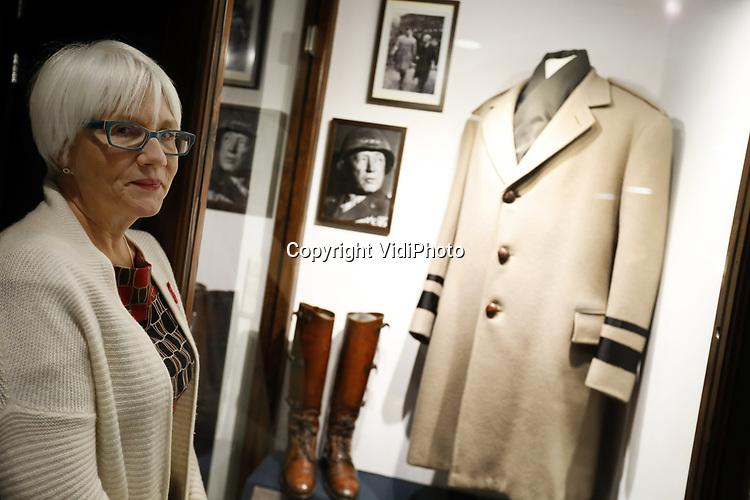 Foto: VidiPhoto<br /> <br /> BASTOGNE - Niet Adolf Hitler was de uitvinder van de Blitzkrieg, maar de Amerikaanse generaal George S. Patton. Dat is de overtuiging van zijn kleindochter, de 57-jarige Helen Patton. De redder van Bastogne was niet alleen de meest succesvolle geallieerde commandant tijdens de Tweede Wereldoorlog, maar ook de meest gevreesde. Foto: Kleindochter Helen Patton bij de erevitrine voor haar grootvader in museum Le Mess in Bastogne.