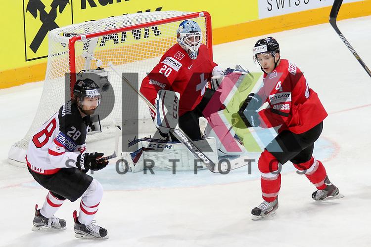 Schweizs Bera, Reto (Nr.20) und Schweizs Geering, Patrick (Nr.4) verteidigen gegen Canadas Giroux Claude (Nr.28)  im Spiel IIHF WC15 Schweiz vs. Canada.<br /> <br /> Foto &copy; P-I-X.org *** Foto ist honorarpflichtig! *** Auf Anfrage in hoeherer Qualitaet/Aufloesung. Belegexemplar erbeten. Veroeffentlichung ausschliesslich fuer journalistisch-publizistische Zwecke. For editorial use only.
