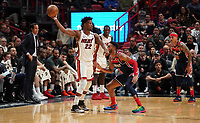 Jimmy Butler (G/F Miami Heat, #22) hat den Ball, Troy Brown Jr (F, Washington Wizards, #6) verteidigt und Head Coach Erik Spoelstra (Miami Heat) sieht zu - 22.01.2020: Miami Heat vs. Washington Wizards, American Airlines Arena