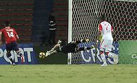 MEDELLÍN -COLOMBIA, 20-04-2013. Germán Cano (i) de Medellín dispara la arco de Camilo Vargas (c) de Santa Fe durante partido de la fecha 12 Liga Postobón 2013-1./  German Cano  (l) of Medellin shot to Camilo Vargas' (c) football goal of Santa Fe during match of the 12th date of Postobon  League 2013-1. Photo: VizzorImage / Luis Ram'rez / Staff..