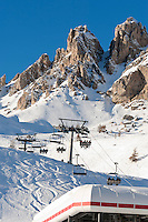 Italien, Suedtirol, Groednertal, oberhalb Wolkenstein, Skipiste am Groednerjoch (2.585 m) unterhalb der Cirspitzen | Italy, Alto Adige - Trentino, South Tyrol, above Selva di Val Gardena: ski run at Passo Gardena (2.585 m) and Gruppo del Cir mountains