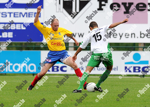 2011-08-21 / Voetbal / seizoen 2011-2012 / Dessel Sport - FC Hoei /  Libois met Zico Gielis (r, Dessel)..Foto: mpics