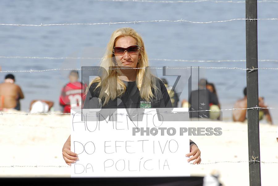 NITERÓI - RIO DE JANEIRO -  14 DE ABRIL DE 2012 - Manifestação contra a violência na Praia de Icaraí situada no município de Niterói na cidade do Rio de Janeiro.  Essa manifestação foi organizada pela ONG Rio de PAZ, na intenção de alertar a o poder público em favor da população ja que os traficantes estão invadindo a cidade e com alto índice de violência registrada. FOTO RONALDO BRANDÃO/BRASILPHOTOPRESS