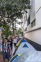 BELO HORIZONTE, MG, 18 JULHO 2013 - TORCEDORES DO ATLETICO MINEIRO  - Torcedores do Atlético Mineiro acampados na fila para garantir ingresso para a partida contra o Olimpia (Paraguay)  jogo valido pela partida de volta das finais da Taça Libertadores da América em Belo Horizonte, na tarde desta quinta-feira, 18. (FOTO: NEREU JR / BRAZIL PHOTO PRESS).