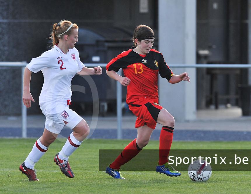 UEFA Women's Under 17 Championship - Second Qualifying round - group 1 : Belgium - England : .Noemie Gelders aan de bal voor Molly Bartrip.foto DAVID CATRY / Vrouwenteam.be