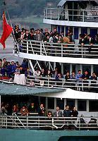 Yangtze-Fluss in der Provinz Hubei / China<br /> Die chinesische Regierung plant in der Provinz Hubei den Yangtze-Fluss mit einem Staudamm zur Stromgewinnung aufzustauen. Dabei werden ca. 3 Millionen Menschen umgesiedelt.<br /> Hier: Personenfaehre auf dem Yangtze-Fluss im &quot;Drei Schluchten-Nationalpark&quot;.<br /> 1992, Zigui, Provinz Hubei / China<br /> Copyright: Christian-Ditsch.de<br /> [Inhaltsveraendernde Manipulation des Fotos nur nach ausdruecklicher Genehmigung des Fotografen. Vereinbarungen ueber Abtretung von Persoenlichkeitsrechten/Model Release der abgebildeten Person/Personen liegen nicht vor. NO MODEL RELEASE! Nur fuer Redaktionelle Zwecke. Don't publish without copyright Christian-Ditsch.de, Veroeffentlichung nur mit Fotografennennung, sowie gegen Honorar, MwSt. und Beleg. Konto: I N G - D i B a, IBAN DE58500105175400192269, BIC INGDDEFFXXX, Kontakt: post@christian-ditsch.de<br /> Urhebervermerk wird gemaess Paragraph 13 UHG verlangt.]